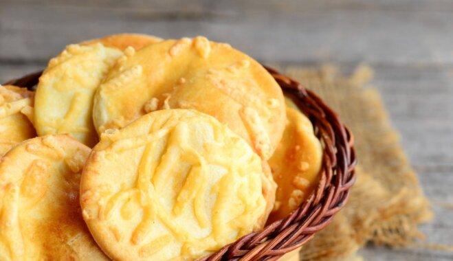 Supervienkāršie kausētā siera cepumi no divām sastāvdaļām