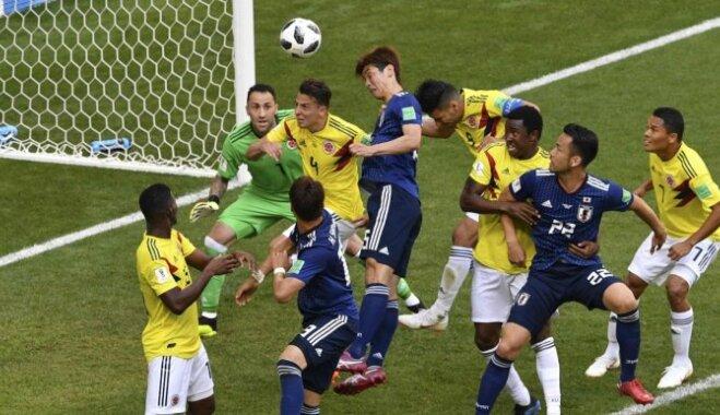 Japānas futbolisti pārspēj mača sākumā mazākumā palikušo Kolumbiju