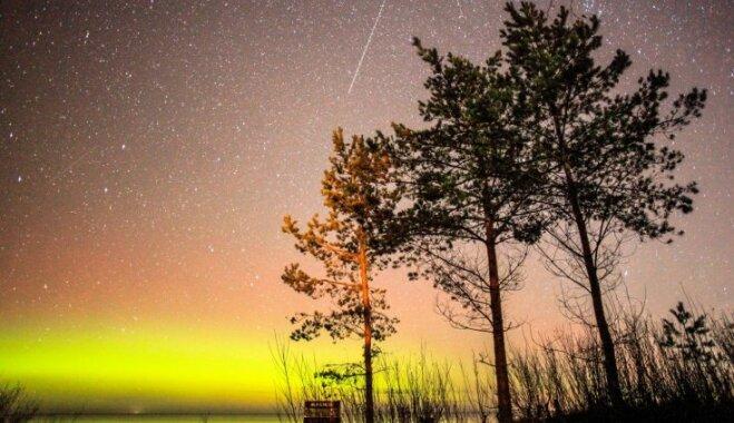 Maģiski foto: Ziemeļblāzmas izrotātas debesis Jūrmalas pusē