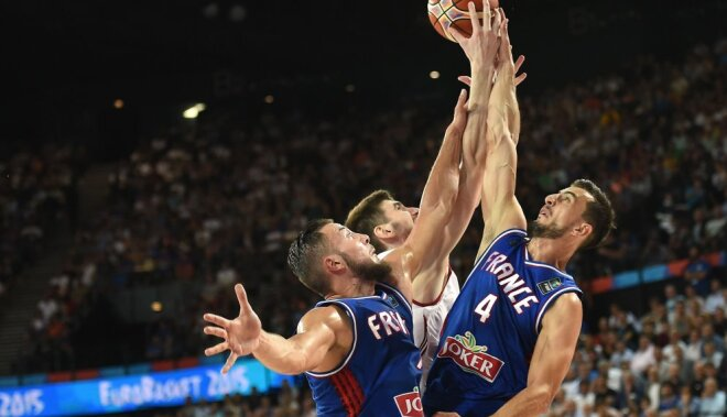 Russia s Andrei Desiatnikov (C) vies with France s Joffrey Lauvergne (L) and France s Leo Westermann (R)