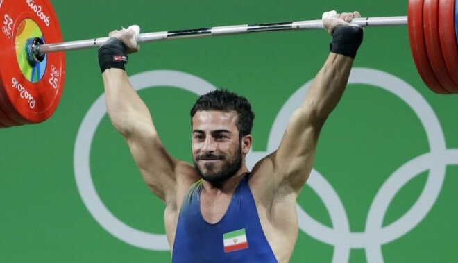 Irāņu svarcēlājs Rostami paceļ pasaules rekordu un iegūst olimpisko zeltu