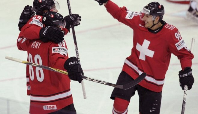 Šveices hokejisti sīvā cīņā uzvar Baltkrievijas izlasi