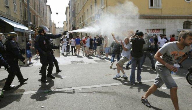EURO 2016 - cietumsods par pudeles un plastmasas glāzes mešanu policistiem