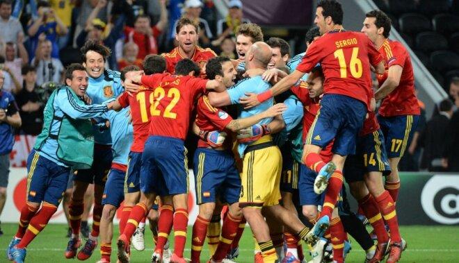 Spānijas futbola izlase dramatiskā cīņā sasniedz EURO 2012 finālu