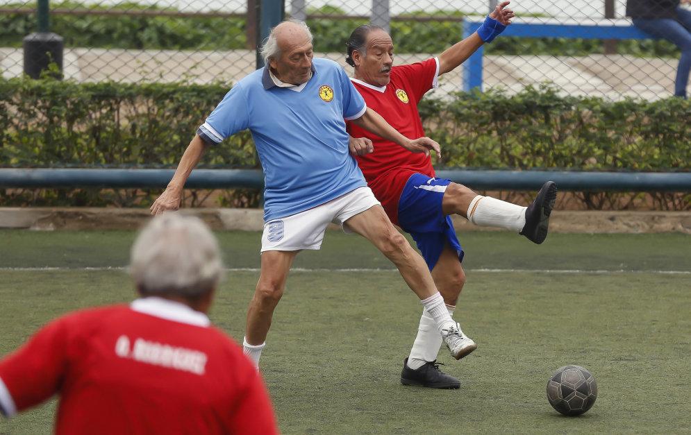 Дед играет в футбол