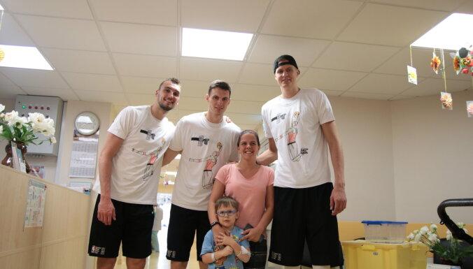 ФОТО: Порзиньгис и другие игроки НБА пришли в гости к пациентам Детской больницы