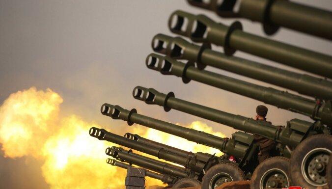 Foto: Ziemeļkoreja turpina šaut raķetes un apbalvo labākos artilēristus