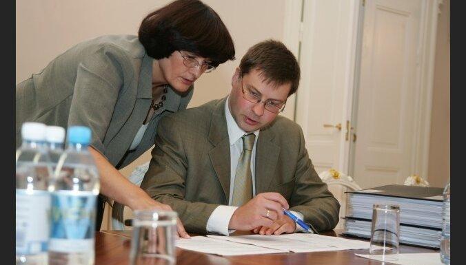 Dombrovskis savai biroja vadītājai izsaka rakstisku piezīmi