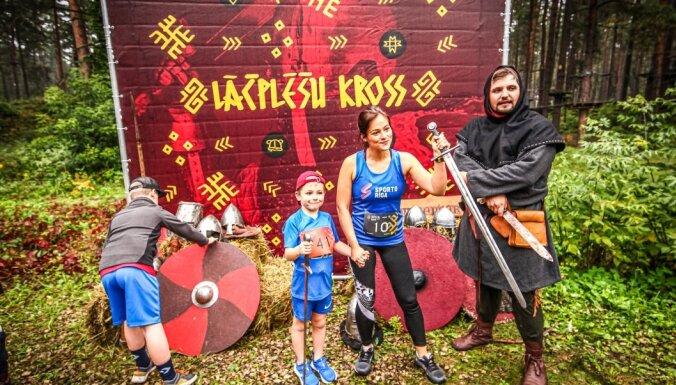 Foto: Latvijas čempionātu medaļnieki galvgalī šķēršļu skrējienā 'Lāčplēšu kross'