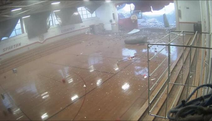 ВИДЕО: Ураган в США снес стену школы, в которой занимались ученики