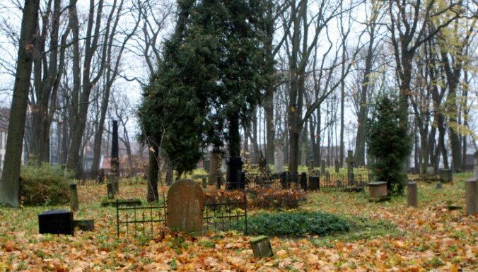 Эксперимент: в Риге в обход правил можно получить эксклюзивное место на кладбище