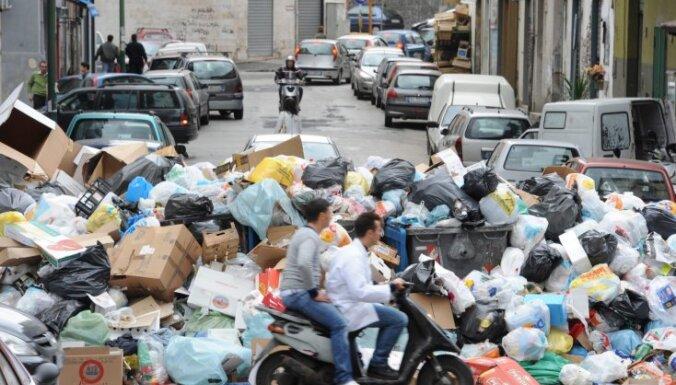 Jaunā gada vakarā ugunsdzēsēji mērcēs Neapoles atkritumu kalnus