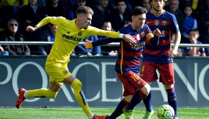 Villarreal Samuel Castillejo, Barcelona forward Lionel Messi
