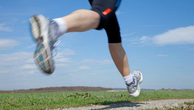 Американский бегун побеждал в марафонах, прячась в биотуалетах