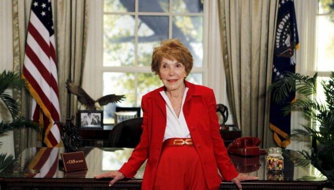 94 gadu vecumā mirusi bijusī ASV pirmā lēdija Nensija Reigana