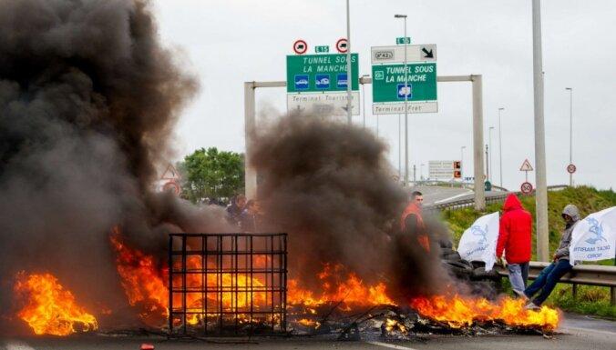 Nemieri pie Lamanša: protestu dēļ apturēta transporta un prāmju satiksme