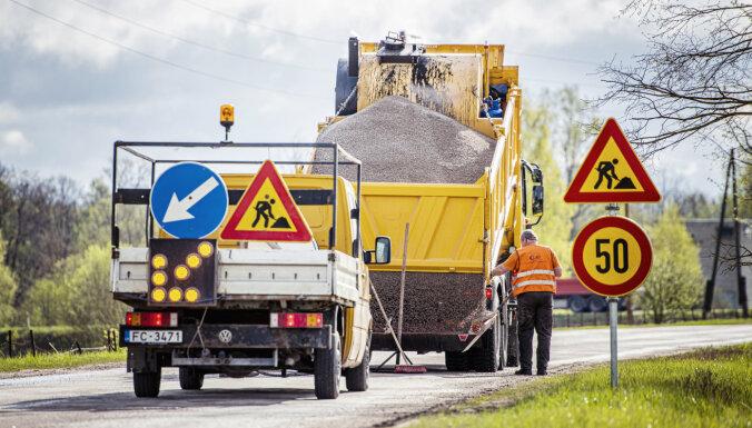 Вниманию автоводителей: планируйте долгий путь — идет ремонт на 87 дорогах Латвии