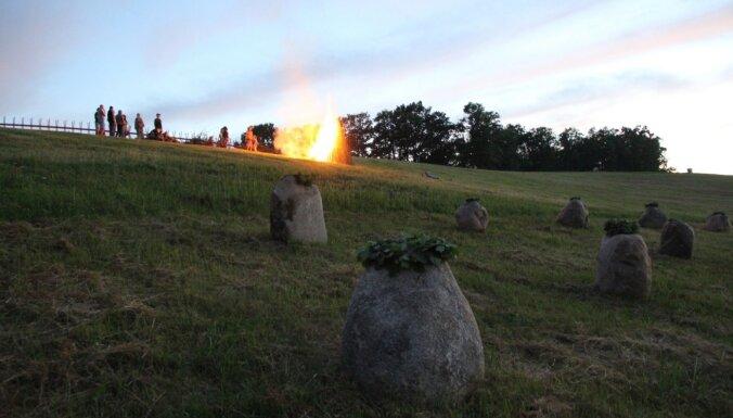 Foto: Pedvālē Jāņos kronēti akmeņi – Satversmes sapulces deputāti