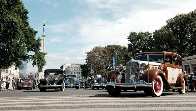 ФОТО, ВИДЕО: У памятника Свободы в Риге прошел парад ретроавтомобилей