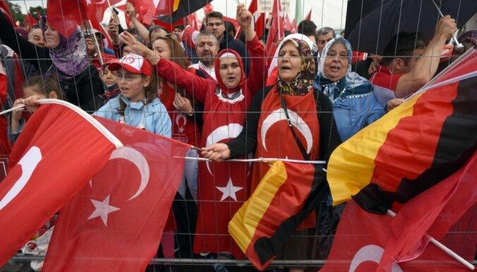 Foto: Turcijas prezidenta Erdogana atbalstītāji iziet Vācijas ielās