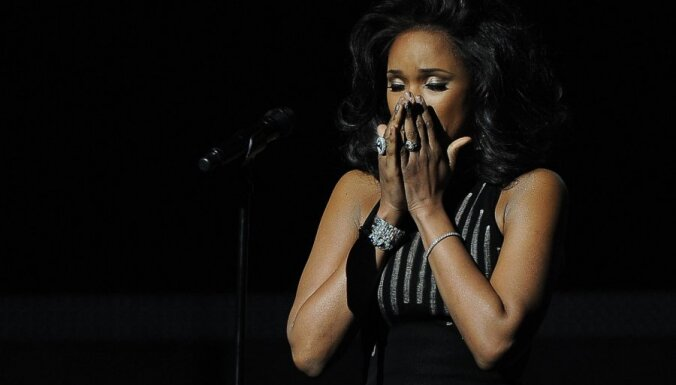 Sērojot par Vitniju Hjūstoni, Losandželosā pasniegtas 'Grammy' balvas