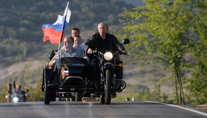 Putinu aicina saukt pie atbildības par braukšanu ar motociklu bez ķiveres
