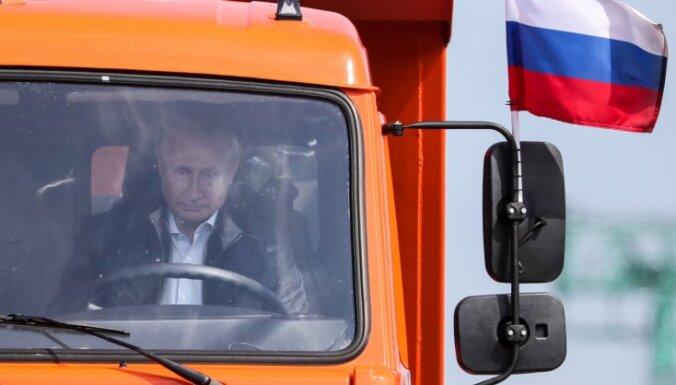 """ВИДЕО: Путин за рулем """"Камаза"""" торжественно открыл Крымский мост"""