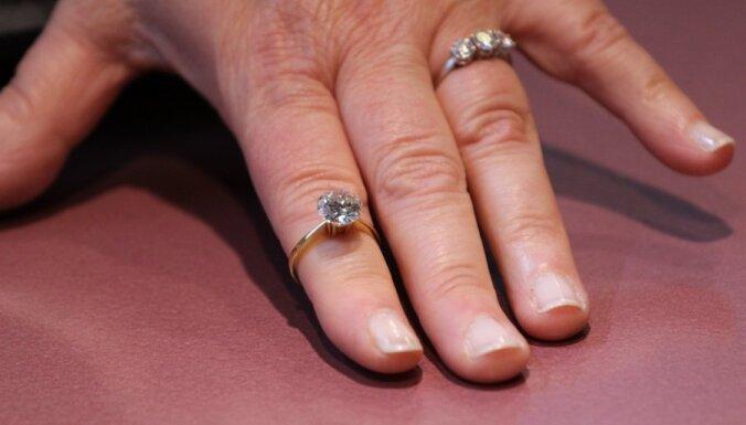 Lai noņemtu gredzenu no pirksta, sieviete sauc ugunsdzēsējus