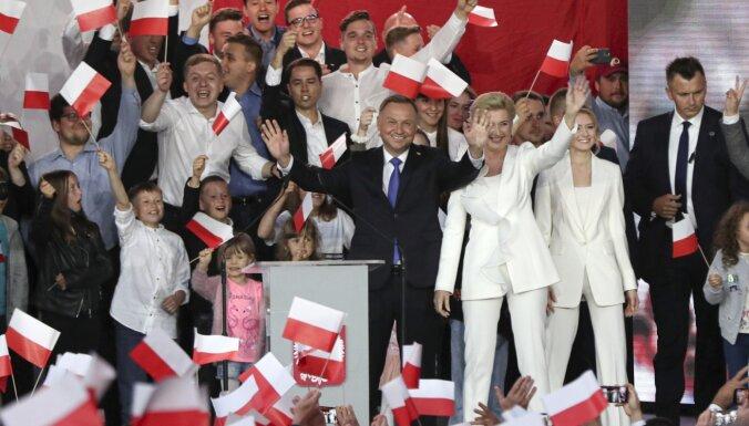 Aptauja: Polijas prezidenta vēlēšanās pagaidām ar nelielu pārsvaru vadībā Duda (plkst. 06:24)