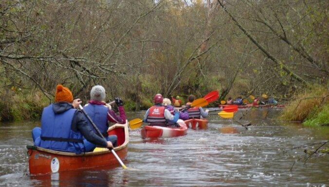 Upes pilnas ūdens: idejas laivošanai zelta rudenī