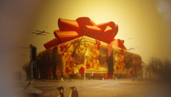 В Риге - 50 странных елочек и огромный подарок на месте Кабинета министров