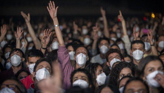 В Барселоне 5 тысяч человек сдали тест, надели маски и смогли посетить рок-концерт