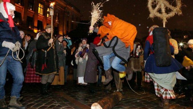 Foto: Vecrīgā ar līksmām dziesmām velk bluķi un ieskandina Ziemas saulgriežus