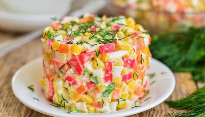 Salāti ar krabju nūjiņām: 17 kārdinošas receptes svētkiem
