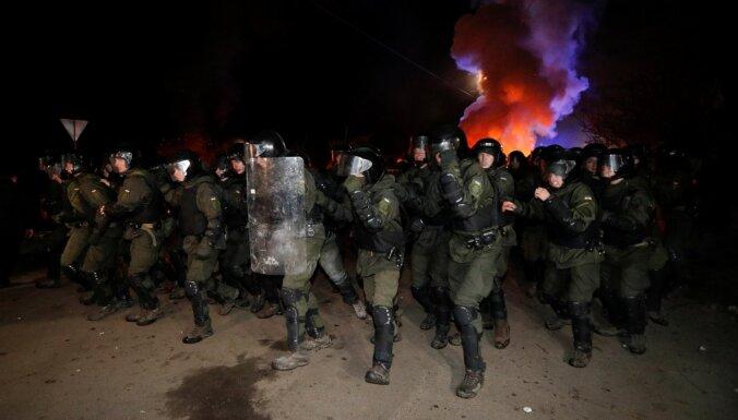 Эвакуированных из Уханя украинцев забросали камнями