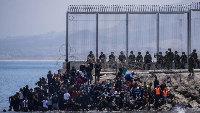 Spānija pastiprina spiedienu uz Maroku pēc rekordliela migrantu pieplūduma Seutā