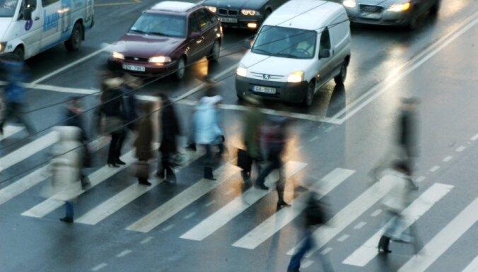 В центре Риги сбита женщина: полиция просит отозваться свидетелей ДТП