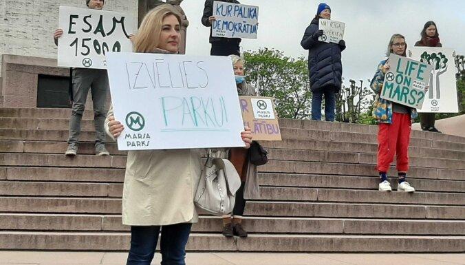 На всем протяжении ул. Бривибас проходят пикеты против строительства здания Службы госбезопасности
