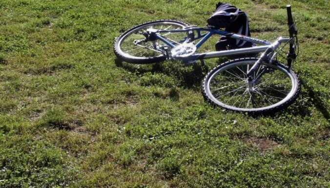 Slimnīcā nogādāti trīs satiksmes negadījumos cietuši velobraucēji
