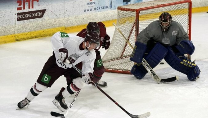 Foto: Hokeja pavasaris ir klāt - Latvijas izlase pulcējas uz pirmo treniņu