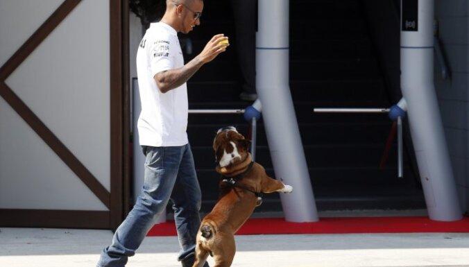 'Mercedes' ātrākie otrajā treniņā Austrālijā, Fetels veic 40 apļus