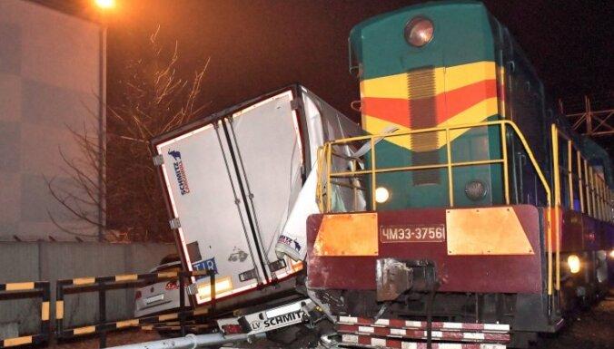 Foto: Ventspilī vilciens ietriecas kravas automašīnā