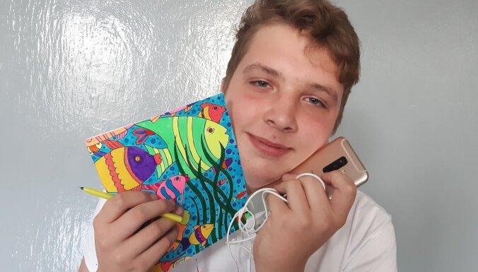 """ФОТО. """"Я не выхожу из дома без…"""" Что в сумках у современных латвийских школьников?"""