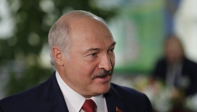 Cukurfabriku direktori lūdzas ļaut kolhozā kūtsmēslus kraut, informē Lukašenko