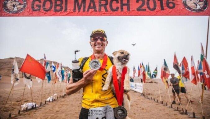 Aizkustinošs stāsts: Suņuks noskrien maratonu tuksnesī un atrod jaunu saimnieku