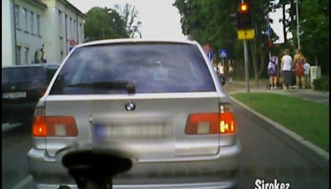Kad priekšā braucošais 'dod pa mēmajiem' (video)