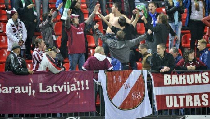 Latvijas futbola līdzjutēji Viļņā lietojuši ar neonacismu saistītu karogu