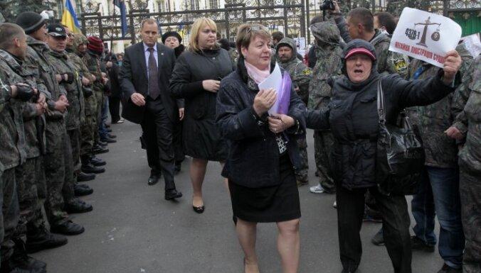 """""""Правый сектор"""" оплевал и надавал щелчков украинским судьям"""