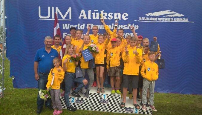 Latvijas ūdens motosporta izlase Alūksnē sensacionāli kļūst par pasaules vicečempioniem