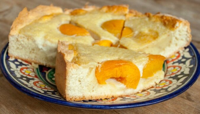 Skābā krējuma mīklas kūka ar konservētiem persikiem